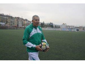69 yaşındaki Şerif Kunt, Karaçay Gençlik Spor Kulübü'ne transfer oldu