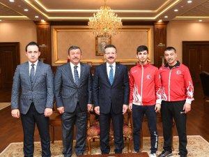 Dubai Şampiyonu Aray Şamdan, madalyasını Kocaeli Valisi'ne götürdü