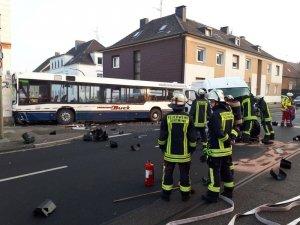 Almanya'da okul servisi duvara çarptı: 22 yaralı