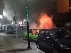 Rize'de park edilmeye çalışılan otomobil alev alev yandı