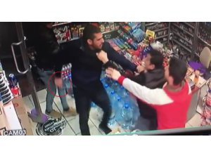 Market sahibinin bıçaklı hırsızla boğuşması kamerada