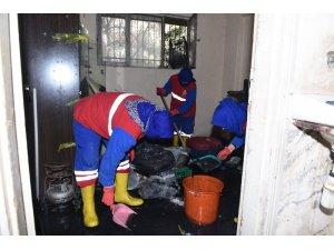 Evini su basan vatandaşa belediye ekipleri yardım etti