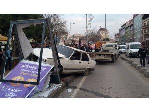 Dur ihtarına uymayan sürücü kaldırıma çıkıp panoya çarptı