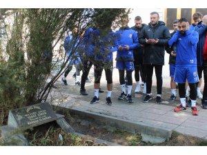 Trafik Kazasında hayatını kaybeden futbolcular mezarları başında anıldı