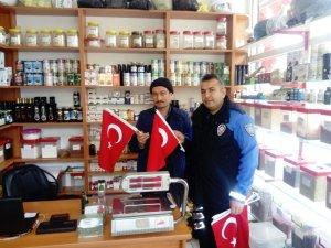 Gölbaşı Kaymakamlığı Türk Bayrağı dağıttı