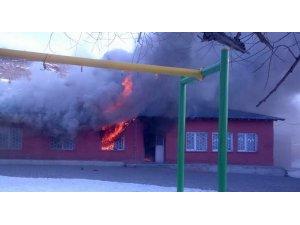 Kars'ta ilkokul yandı