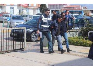 Silahlı gaspçı çantasını aldığı genç kızı yerde sürükledi