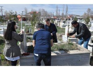 Kars'ta üniversite öğrencileri şehit öğretmenleri unutmadı