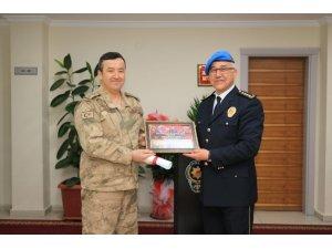 Tuğgeneral Özfidan'dan Müdür Ekici'ye duygulandıran hediye