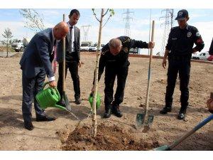Başkan Çolakbayrakdar, emniyet personeli ile birlikte ağaç dikti