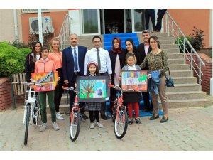 Resim yarışmasında dereceye giren öğrencilere bisiklet ödülü