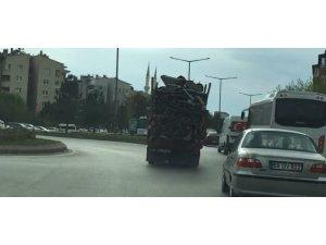Odun yüklü kamyonetin tehlikeli yolculuğu