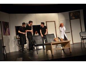 """""""Kuaförde Bir Gün"""" adlı tiyatro sahnelendi"""