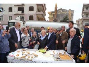 Evlerinin yıkılmasını baklava yiyerek izlediler