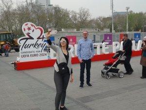 Taksim Meydanı'na EURO 2024 adaylığı için belirlenen slogan yazıldı