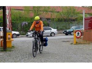 Çevre dostu ulaşım için üniversiteye bisikletle gidiyor