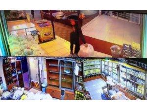 Ceviz dolu çuvalı çalan hırsız kameraya el salladı