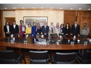 Arapça ders içeriklerini seslendiren öğrencilerden Rektör Gündoğan'a ziyaret