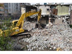İpekyolunda metruk yapılar yıkılmaya devam ediyor