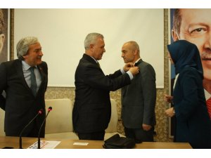 AK Parti'ye geçen eski Bilecik İl Genel Meclis Üyesi Ertuğrul'a parti rozeti takıldı
