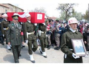 Şehit Semih Şahin son yolculuğuna silah arkadaşlarının omuzlarında uğurlandı