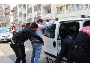 Uygulama için okul önüne gelen polisler ilk aradıkları kişide esrar ele geçirdi