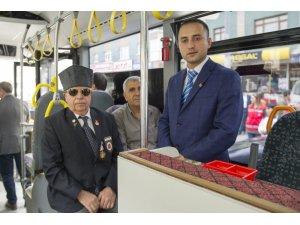 Özel halk otobüsü şoförü ve muavininden alkışlanacak hareket
