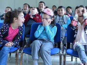 Köy çocuklarını tiyatroyla tanıştırıyorlar