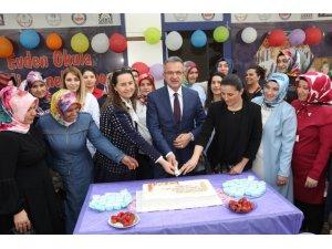 Yıldönümü pastasını Köşker'le birlikte kestiler