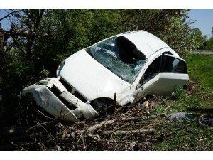 Karşı şeride taklalar atarak geçen otomobili ağaçlar durdurdu