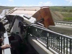 Kum yüklü kamyon köprüde devrildi