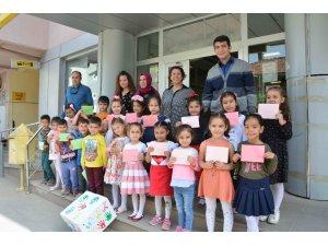 Minik öğrenciler 'hiç ölmeyin' yazdıkları mektupları Mehmetçik'e gönderdi