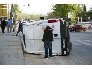 Kırmızı ışıkta geçen minibüsün neden olduğu kaza kamerada