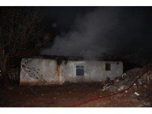 Tek katlı evde çıkan yangın mahalleliyi sokağa döktü