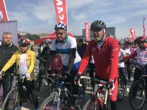 İstanbul'da bisikletliler kalp için pedalladı
