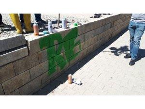 Duvar boyayan gençler polisi harekete geçirdi