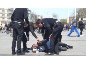 Taksim'de epilepsi krizi geçiren genç kendini yerden yere attı