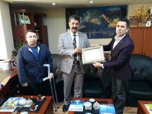 Engellilerden Müdür Özdemir'e teşekkür plaketi