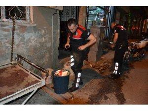Polislerden kaçamayacağını anlayan şahıs uyuşturucuyu çöpe attı