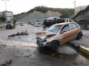 Kontrolden çıkan otomobil üç araca çarptı: 3 yaralı