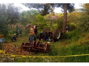 Tarlasını sürürken traktör altında kaldı