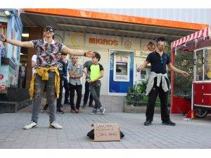 Eskişehir'de 'Sarıl bana' sosyal deneyi
