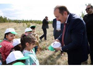 Vali Pehlivan Kreş öğrencileriyle fidan dikti