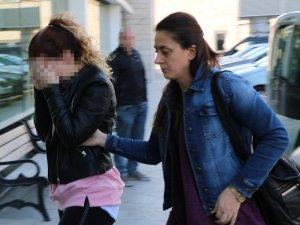 Polisleri görünce uyuşturucu maddelerini kız arkadaşının çantasına attı