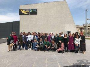 Lise öğrencileri ve Mardinli kadınlar, Deprem Müzesini gezdiler