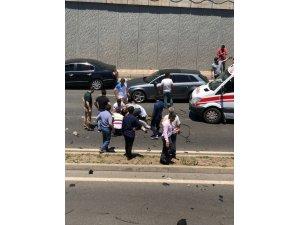 Diyarbakır-Şanlıurfa yolu üzeri Kadın Doğum ve Çocuk Hastanesi önündeki köprülü kavşakta otomobil, ticari taksi ve yolcu otobüsünün karıştığı trafik kazasında 2 kişi hayatını kaybetti, 2'si ağır 5 kişi yaralandı.