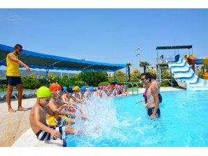 Minikler yüzmeyi Aquapolis'te öğreniyor