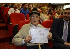 Babasının hayvanlara bakması için okutmadığı Mustafa Amca 82 yaşında okur-yazar oldu