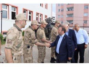 Milletvekili Öztürk, iki teröristin etkisiz hale getirildiği ilçedeki askerleri ziyaret etti