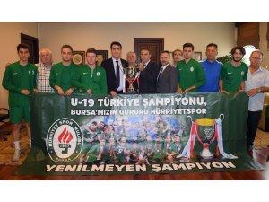 Dündar, şampiyon Hürriyetspor'u ağırladı